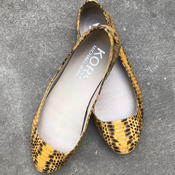 9261abe33798 7 Michael Kors Yellow Snake Skin Flat shoes